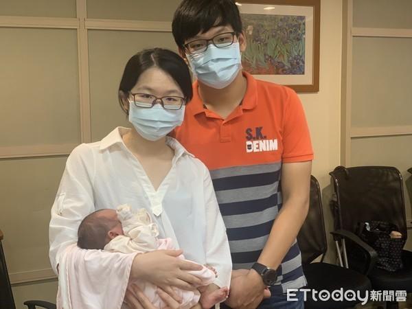 Đang mừng vì mang thai đôi nhưng lúc siêu âm cặp vợ chồng rụng rời chân tay khi bác sĩ nói 1 trong 2 bé có thể quái thai