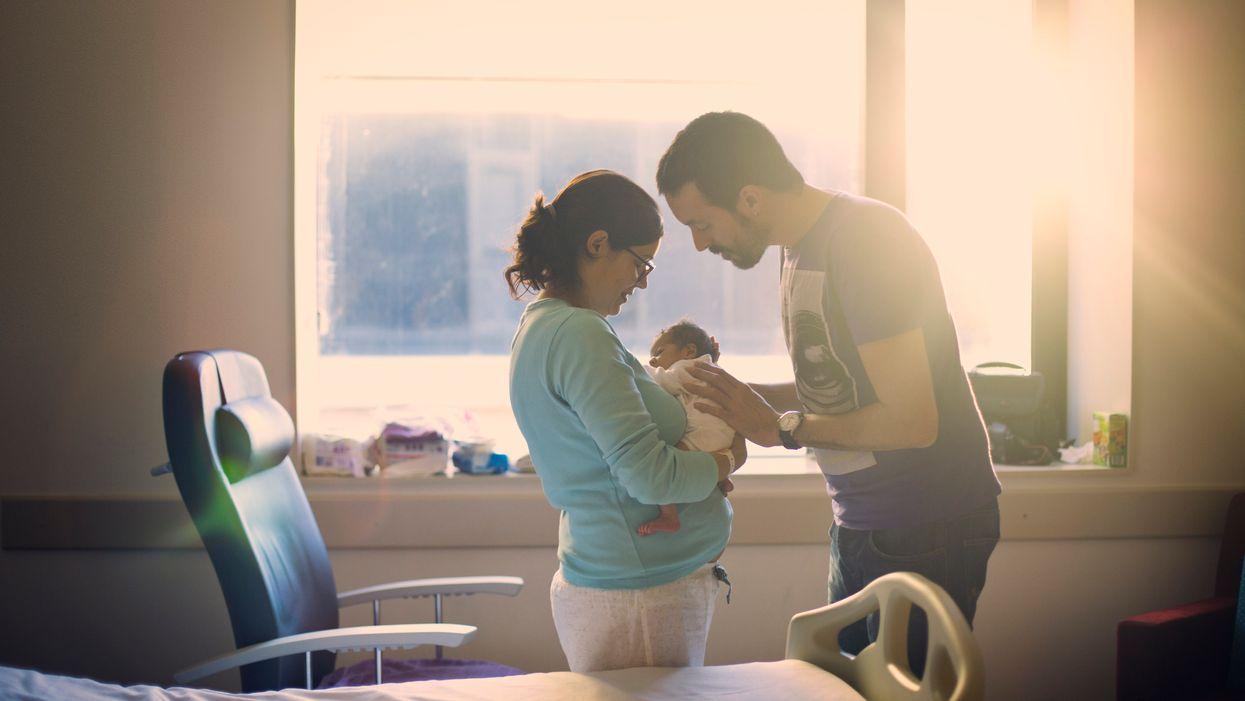Dòng tweet gây tranh cãi: Các ông bố có nên ngủ qua đêm tại khoa hộ sinh?