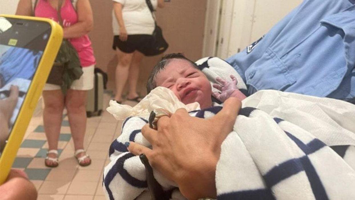 Người mẹ sinh con tại sân bay Miami đã đặt cho em bé một cái tên hoàn hảo