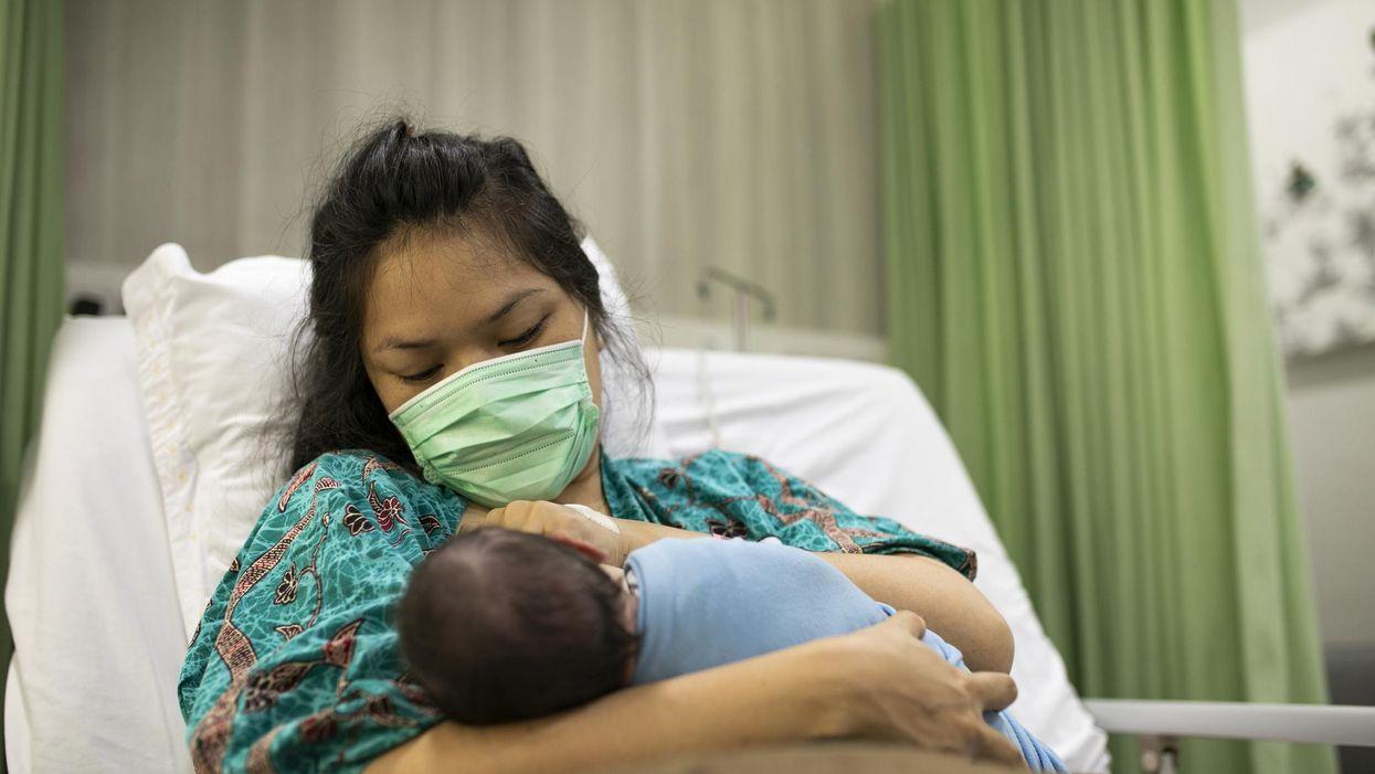 Nhận COVID-19 trong khi mang thai có thể có nguy cơ sinh non cao hơn — và tử vong mẹ