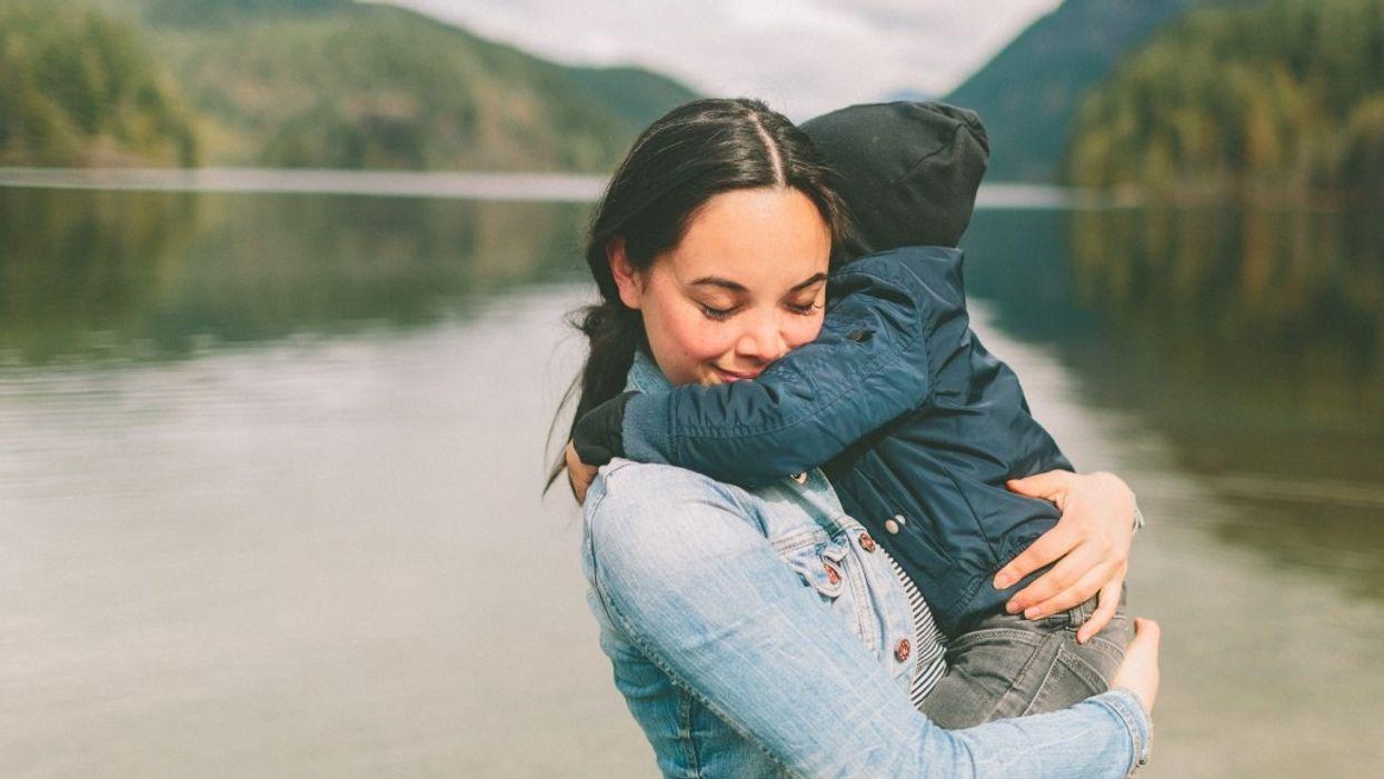 Tại sao bạn cần ôm con khi chúng 'tồi tệ nhất'