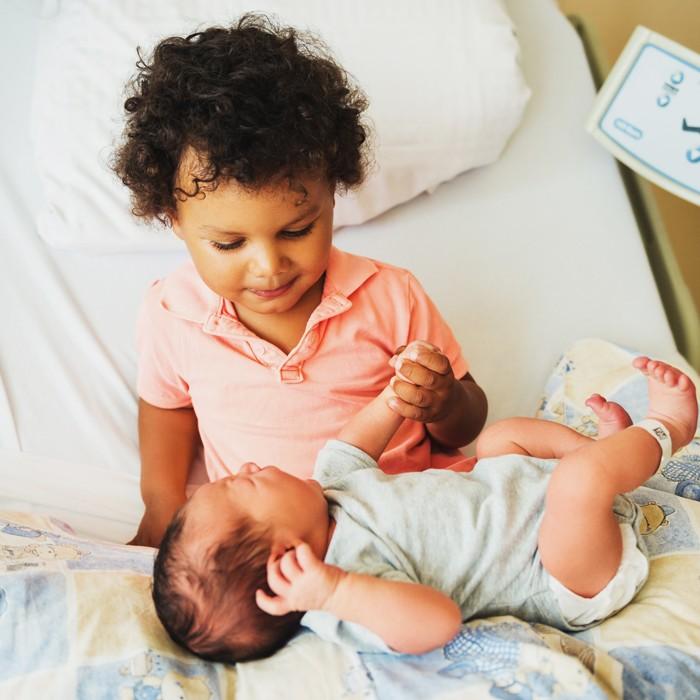 4 lời khuyên để giới thiệu một đứa trẻ mới biết đi với một anh chị em mới