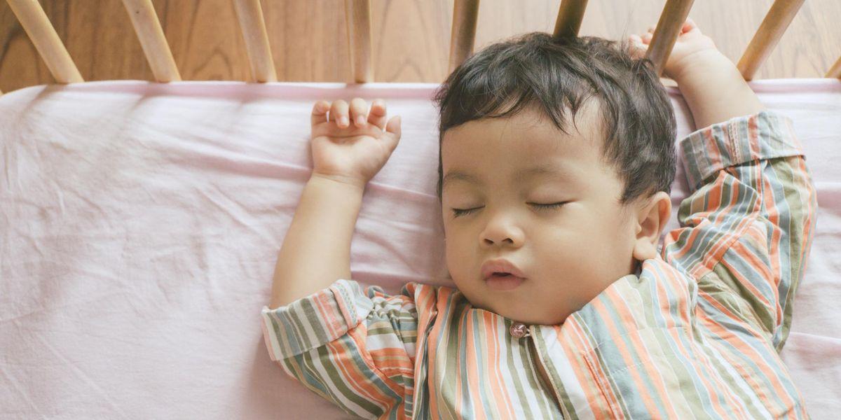 Trẻ 10 tháng tuổi ngủ bao nhiêu là đủ?