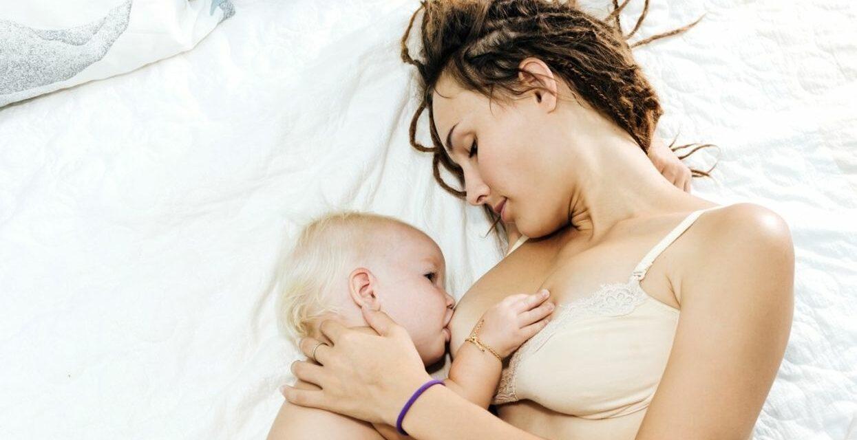 Ngủ chung giường có làm tăng nguy cơ SIDS không?  Nếu bạn cho con bú sữa mẹ, nghiên cứu mới cho biết không